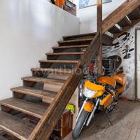 деревянная лестница, ведущая на верхний уровень.