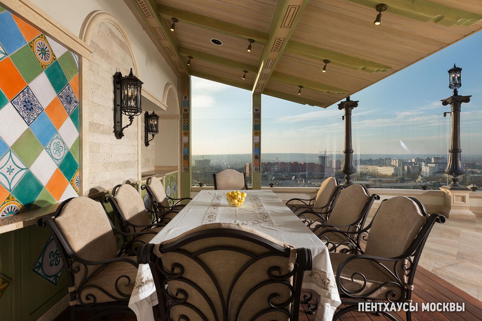 Часть террасы перекрыта навесом и решена в духе уютного итальянского патио. Здесь расположены летняя кухня и большой гостеприимный стол