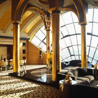Фото интерьера гостиной пентхауса в стиле ар-деко